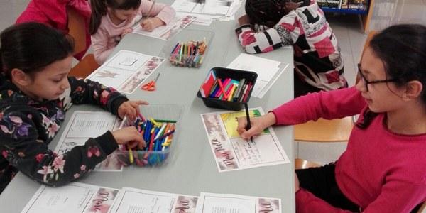 Infants il·lustrant poemes en l'edició de 2018.