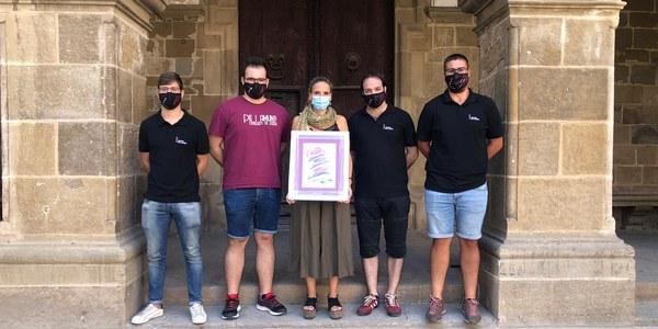 Membres dels Castellers de Lleida fan entrega de la litografia a l'alcaldessa Sílvia Fernàndez
