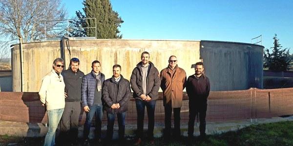 Membres del Centre Excursionista d'Agramunt i representants de l'Ajuntament d'Agramunt a les instal•lacions que s'habilitaran per construir el rocòdrom.