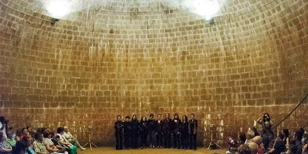 Activitat cultural a l'interior de la cisterna del convent, organitzada per l'Ajuntament d'Agramunt