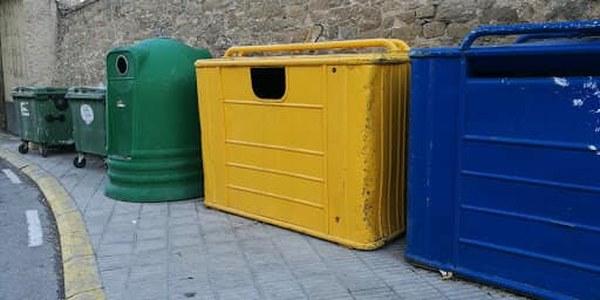 Illa de contenidors de recolllida selectiva.