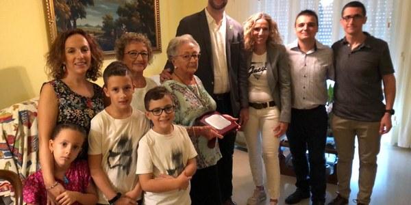 Acte d'homenatge que ha tingut lloc a casa de la veïna Rosario Dieste