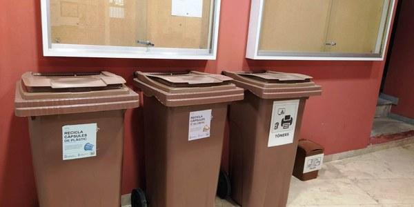 Cubell de reciclatge ubicats a la planta baixa de l'Ajuntament