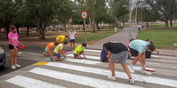 Un grup del joves participants repintant un dels passos de vianants.