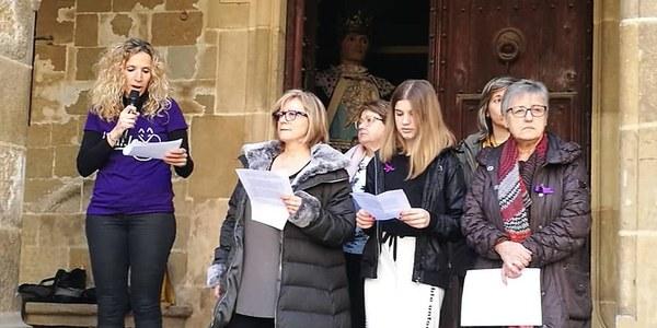 Lectura del manifest institucional que han llegit un grup de dones