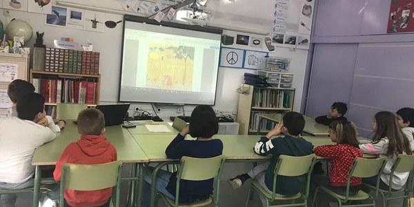 Els alumnes de la Zer visualitzant el material que es va facilitar a les escoles per treballar el certamen