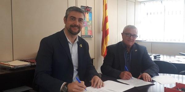 Bernat Solé i Ramon Simon signant el conveni