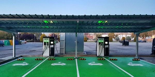 En funcionament els dos punts de càrrega de vehicles elèctrics