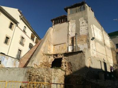 Enderroc de tres cases al centre històric d'Agramunt