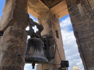 Es neteja el campanar de l'Església Santa Maria d'Agramunt