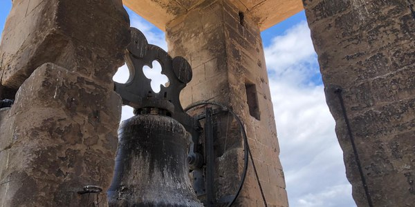 Tasques de neteja al campanar de l'Església Santa Maria d'Agramunt