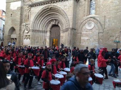 Cercavila amb els grups de percussió de les colles participants