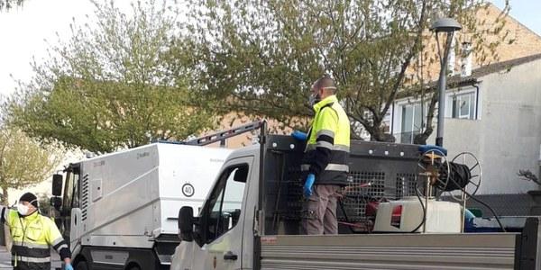 Treballs de desinfecció que està realitzant aquests dies l'equip de serveis municipals