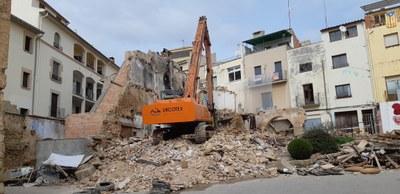L'AJUNTAMENT ENDERROCA TRES EDIFICIS EN MAL ESTAT DEL CARRER SABATERIA DE BAIX