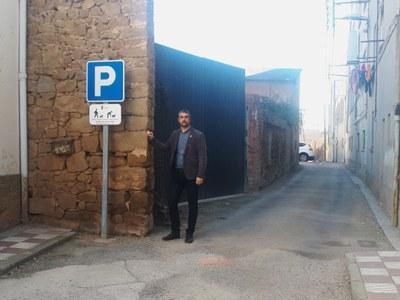 L'alcalde Bernat Sole a la porta del solar adquirit.jpg
