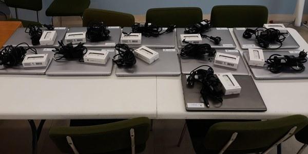 Preparats 11 ordinadors per repartir a les famílies vulnerables