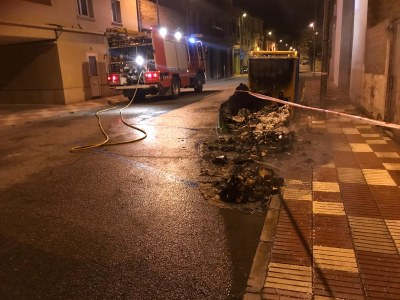 Les cendres calentes als contenidors ocasionen dos incendis a Agramunt