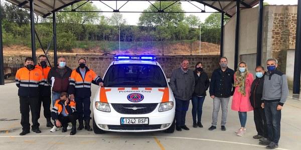 Els alcaldes i voluntaris de Protecció Civil amb el nou vehicle.