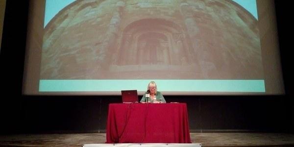 La historiadora de l'art, Montse Macià, ofereix una conferència a l'AEUA (25 d'abril de 2018)