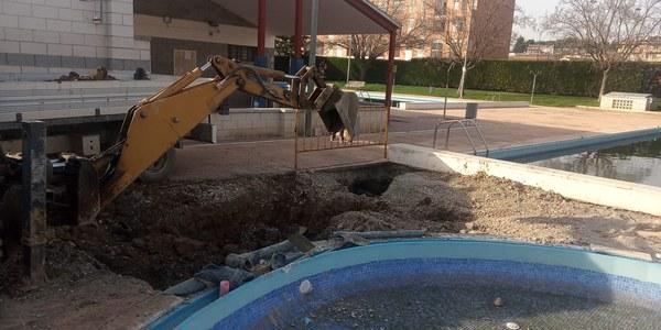 Obres per reformar la piscina petita.