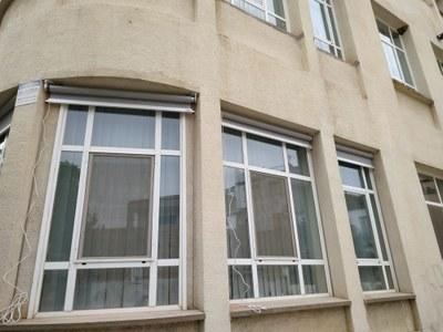 Instal·lació proteccions solars al Macià Companys