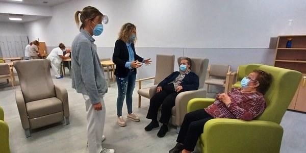 Visita de l'alcaldessa Sílvia Fernàndez als usuaris del centre acompanyada de la directora de la residència  Mas Vell, Clara Sanz.