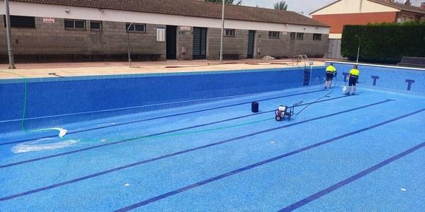 Treballs de manteniment per preparar les piscines municipals per la seva obertura