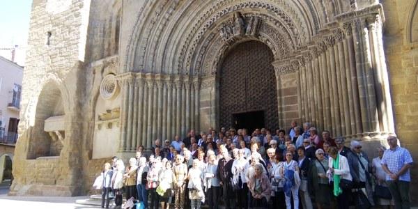 Foto conjunta de tots els participants a la trobada a les escales de l'Església Santa Maria d'Agramunt