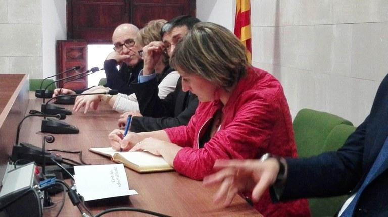 Visita a la sala de plens on es va signar el llibre d'honor