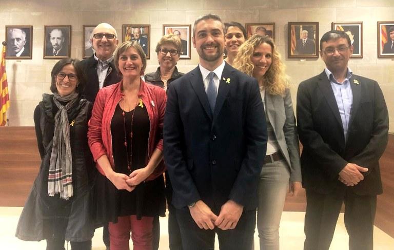 Foto de grup amb els membres del consistori a la sala de plens de l'Ajuntament